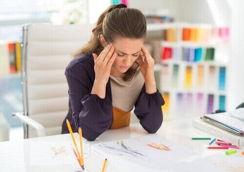 stressad kvinna vid skrivbord
