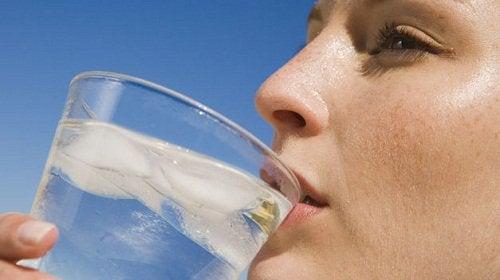 Utan vatten får kroppen vätskebrist.