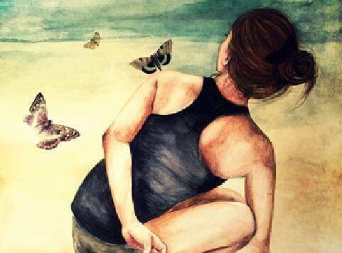 kvinna som stretchar på stranden