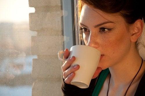 kvinna-dricker-te-för-viktnedgång