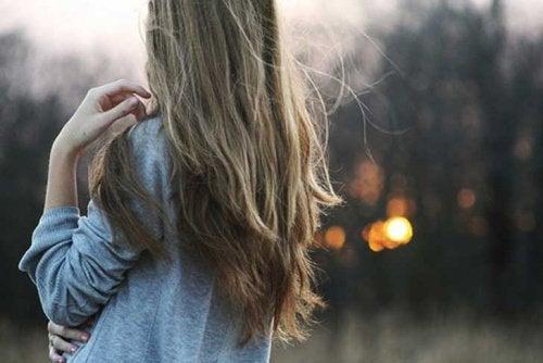 ensam kvinna utomhus