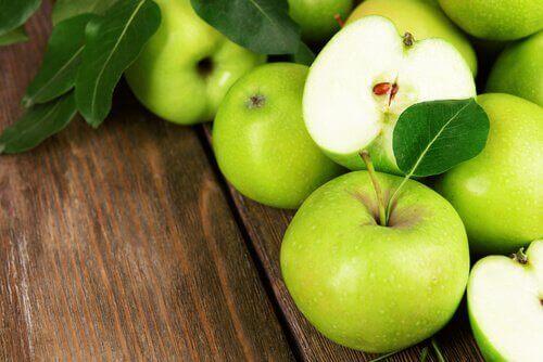 Ät ekologiska äpplen med skalet på