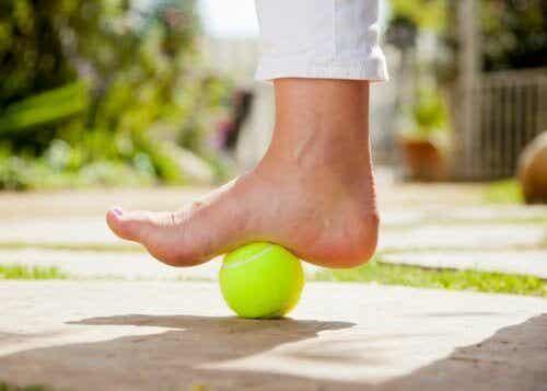 En tennisboll för att lindra smärta från plantarfasciit