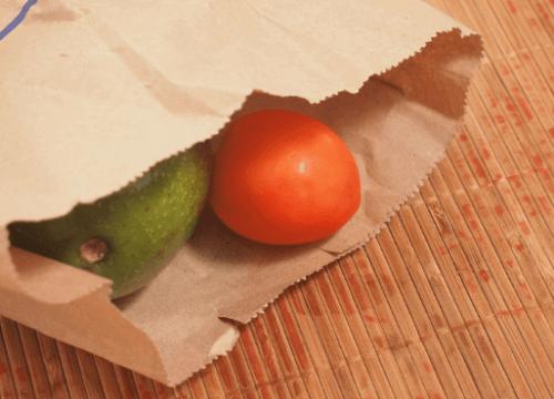 Tomat och avokado i papperspåse