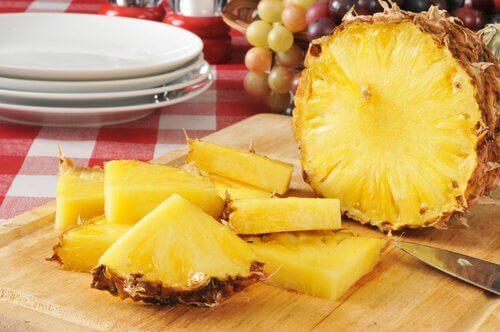 Ananas har vätskedrivande verkan och kan minska magsyra