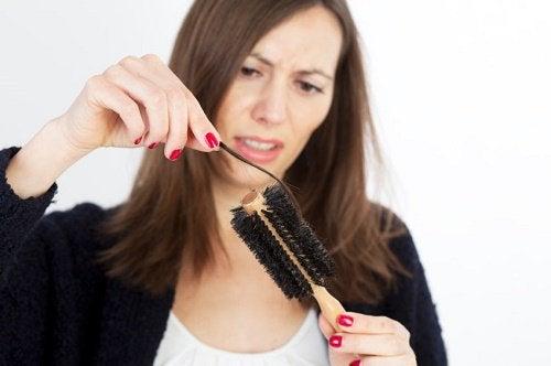 håravfall på borste