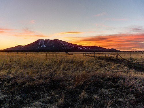 bergslandskap i solnedgång