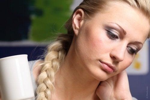 kvinna-som-reflekterar-över-sin-dag