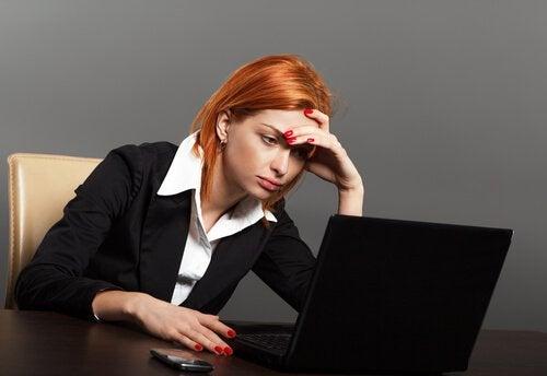 kvinna framför datorn
