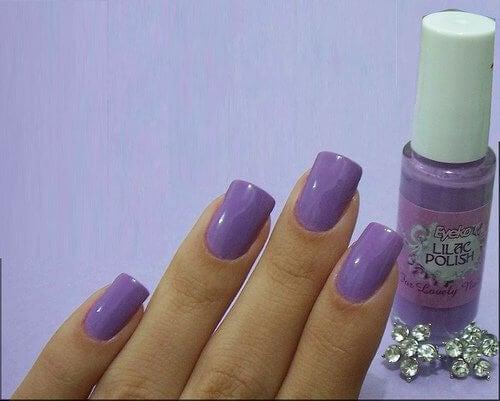 Semipermanent nagellack kan komma i flera färger