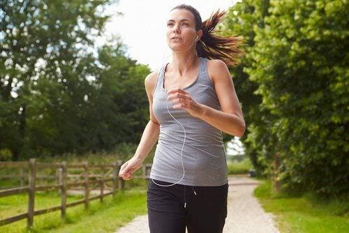 kvinna springer och brännre fett