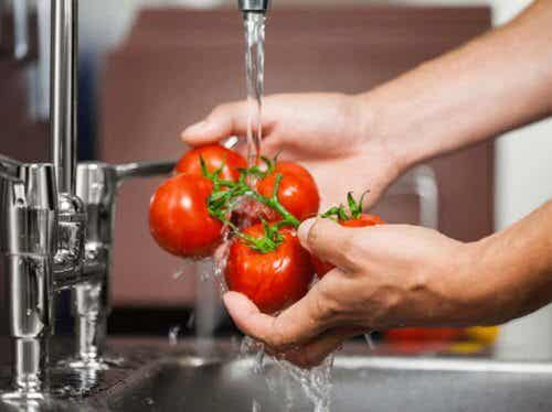 Tvätta bort bekämpningsmedel från frukt och grönsaker