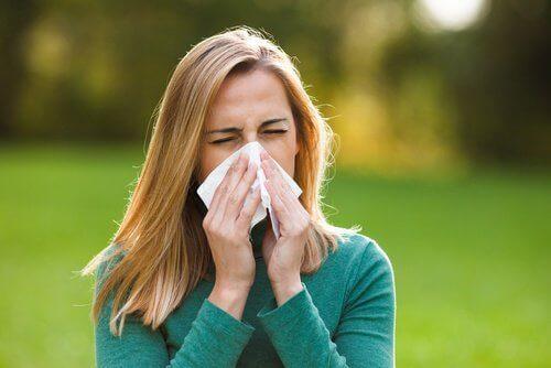 kvinna med allergier