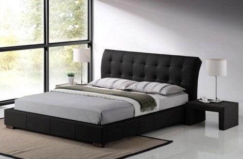 sovrum med ståtlig säng