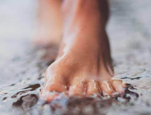 fötterna i vatten