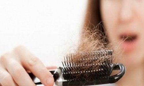 håravfall i borste