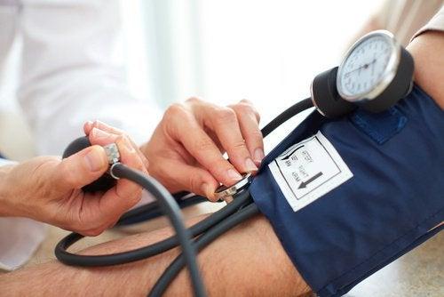 kontrollerar blodtrycket