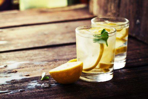 Glas med citron
