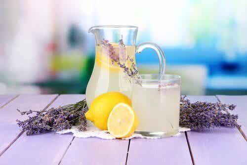 Denna lavendellemonad lindrar huvudvärk