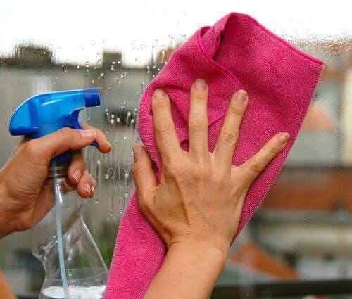 Den här blandningen kombinerar en mängd olika desinfektionsmedel för att ta  bort smuts. Använd den för att rengöra dina fönster 64802c25acbc5