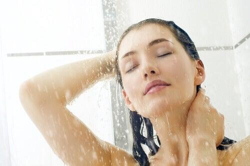 kvinna i duschen
