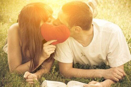 kyssande-par