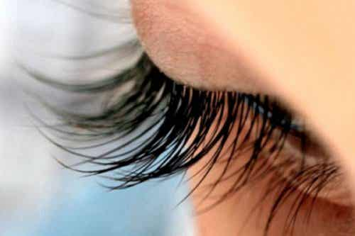 13 utmärkta trick för snygga ögonfransar