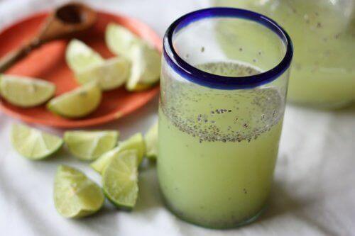 Chiavatten med citron; perfekt för viktnedgång