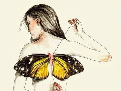 Kvinna med fjärilsvingar