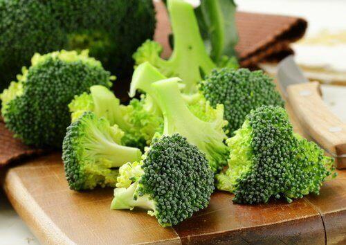 Broccoli på skärbräda