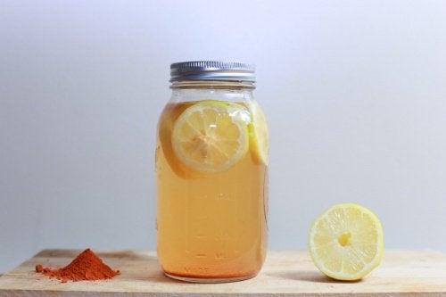 Viktminskningstonic med citron och gurkmeja