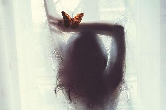 fjäril på kvinna