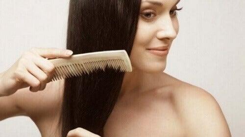Kammar sig för att förebygga håravfall
