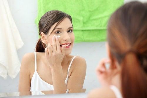kvinna-applicerar-vaselin-runt-ögonen