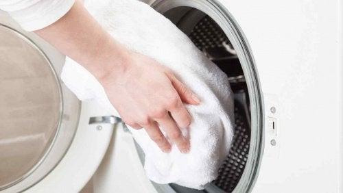 Handduk i tvättmaskinen