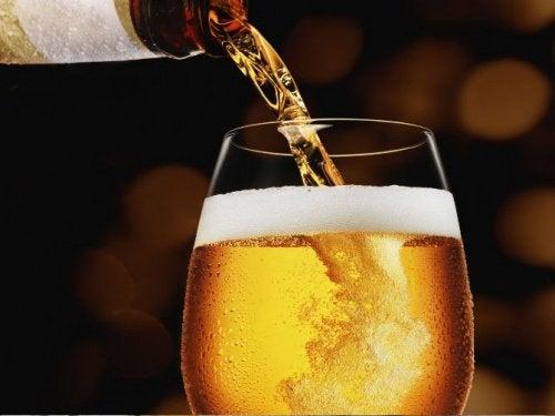 öl hälls upp i glas