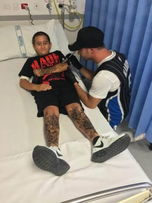 Man ger barn temporära tatueringar