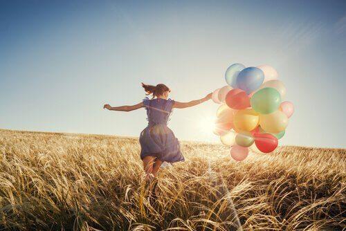 flicka-med-ballonger