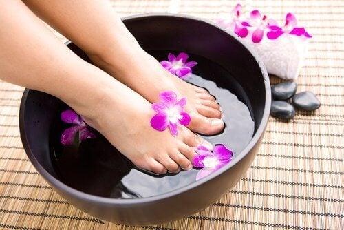 Fotbad med blommor