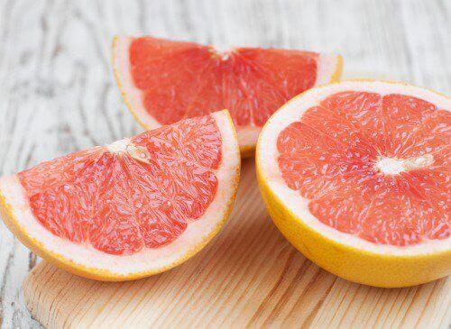 grapefrukt på skärbräda