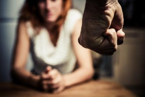 En manipulatös som inte kan försvara sig väljer att bli arg.