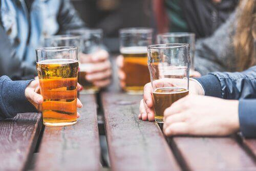 Vänner-dricker-öl
