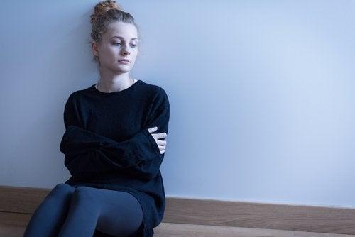 kvinna med ledsamt uttryck