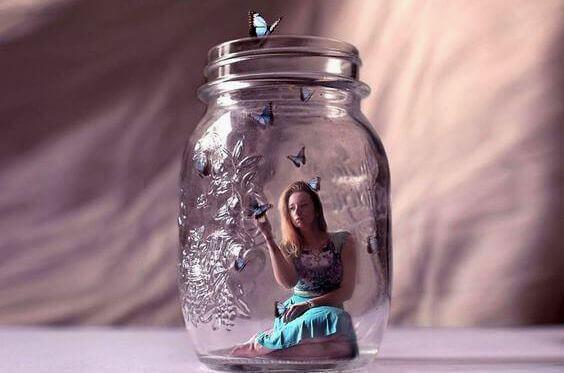 Kvinna i glasburk