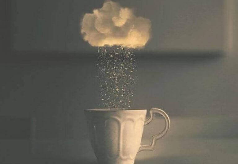 Moln över kaffekopp