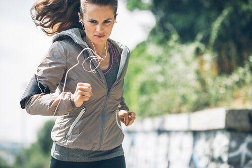 bestämd kvinna som springer