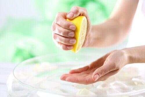 person som droppar citron på händerna