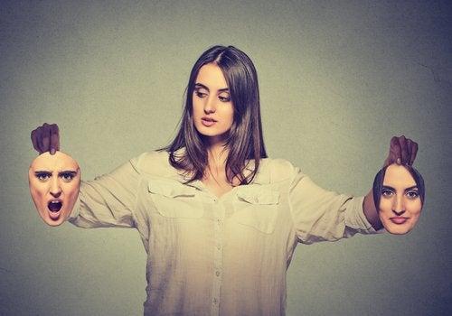 kvinna med olika ansikten i händerna