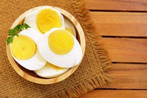 kokta ägghalvor i skål
