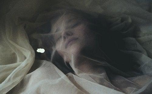 kvinna med lakan över huvudet